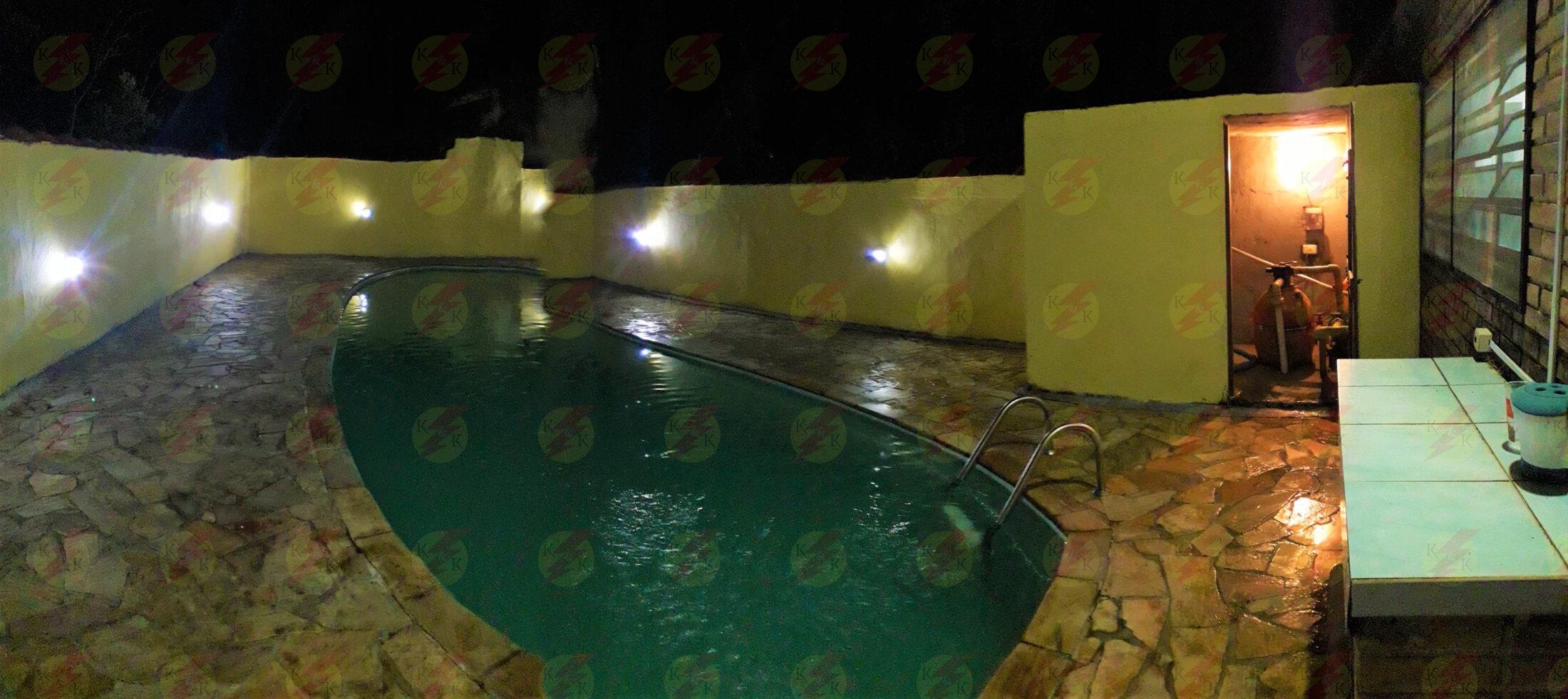 Iluminação led em volta da piscina