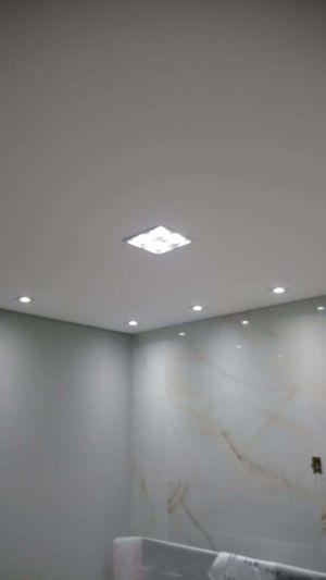 Vários tipos de luminárias no quarto