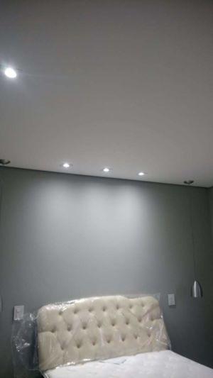 Spots instalados no quarto juntamente com as luminárias pendentes