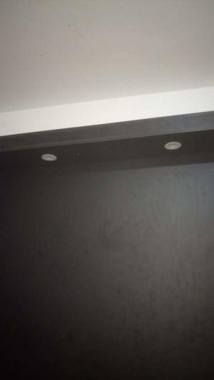 Iluminação na parede do quarto